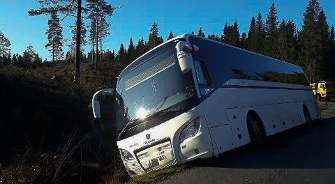 Skolebussen trenger hjelp for å komme opp av grøfta på Mo.
