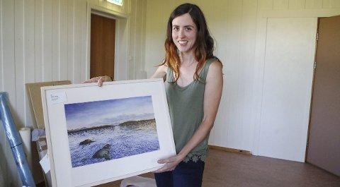 AKVARELL: Esther Breslin med én av akvarellene hun har laget.