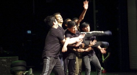 DANS: Flere spenstige dansenumre er del av forestillingen. Bekkmoen-guttene har kastet seg inn i oppgaven, og historiene forteller også om håp og framtidsdrømmer, og om hva de synes om Tynset. Dans, bevegelse og fysisk teater danner grunnmuren i forestillingen.