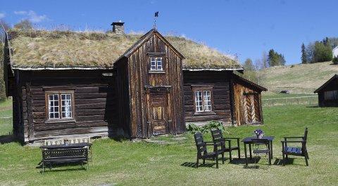 KJÆRT TUN: Bortistu Neby ligger på Neby, og i tunet står blant annet denne barfrøstua. Nå selger stiftelsen skog som tilhører eiendommen.