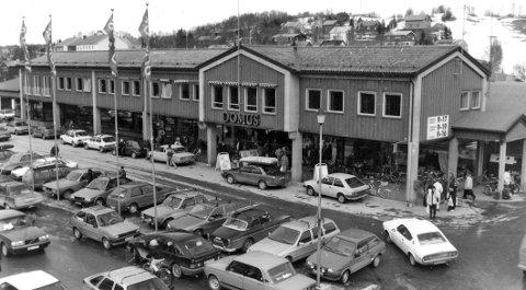 NYE FORMER: Da Domus varehus åpnet 16. mars 1972 representerte dette noe helt nytt både når det gjaldt utforming av bygget og handlemønster. Dette bildet er tatt på 80-tallet en gang.