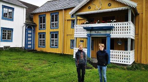 """GUIDE: (Fra Venstre) Daglig leder for Vollan gård, Kristin Lund Austvik  og guide, Amund Rønning utenfor det 390 år gamle bygget, """"Lossiuslåna""""."""