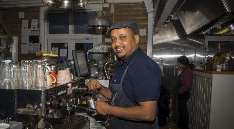 Suksesshistorie: Ahmed Khier Hamed fra Eritrea har jobbet hardt for å skaffe seg både arbeid og utdannelse på kort tid. Mange pendlere til og fra Ås stasjon har kjøpt kaffe og mat av ham.Begge foto: Åsmund A. Løvdal