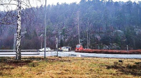 Bilen har kjørt i autovernet ved rundkjøringen på Akland, i retning Risør.
