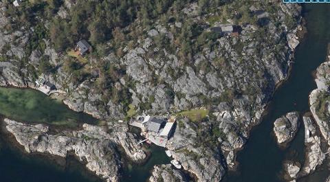 Adressen er Vardøya 22. En ulovlig oppført terrasse ble godkjent og  tillatt rehabilitert samt utvidet. Brygga vest for hytta må fjernes, mens ulovlige ombyggingsarbeider på den store brygga foran hytta ble ettergodkjent