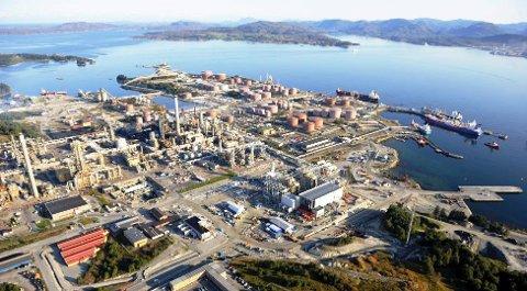STOR SKIPSTRAFIKK: Det er stor aktivitet på kaiane på Mongstad. No vil Lindås og Fjell kommunar bryta ut av Bergen og omland havnevesen og skipa sitt eige selskap. ARKIVFOTO