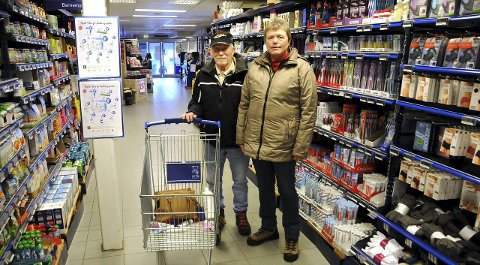 Lang handletur: Arne og Lillian Brustad har ikke egen bil og brukte derfor ett døgn på handleturen sin, inkludert hotellovernatting. Foto: Øyvind A. Olsen