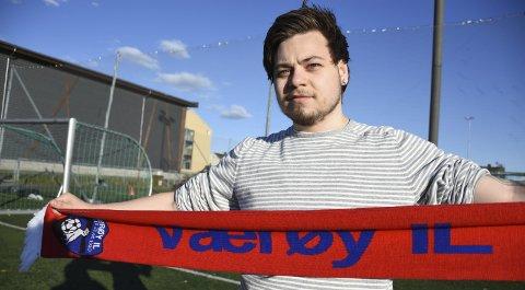 Spiller i rødt: Alexander Gjelseth Eide (21) gleder seg til å spille i rødt mot Røst på Lørdag. Det lokale øyoppgjøret blir sjettedivisjons siste kamp for sesonen. FOTO: Kai Jæger Kristoffersen