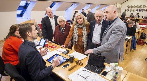 Alle fikk sitt: Ordfører Sigurd Stormo diskuterer her opplegget for avstemming i saken om Meløylegen, der AP/SV fikk gjennomslag for å legge ned Glomfjord legekontor.Foto: Johan Votvik