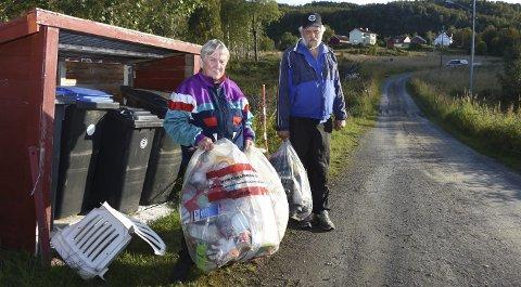 Søppelsak: Dagrunn Bratli har i månedsvis måttet ta vare på gammelt søppel fordi det ikke har blitt hentet av Iris Salten. De har ringt både kommunen og Iris for uten å få hjelp. Foto: Øyvind A. Olsen