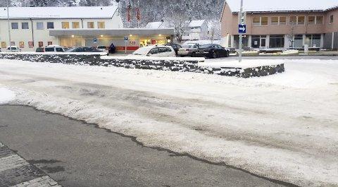 Må fikses: Den skadde sløyfen ligger i Glomveien og under parkeringsplassen ved hotellet og Coop Exstra.