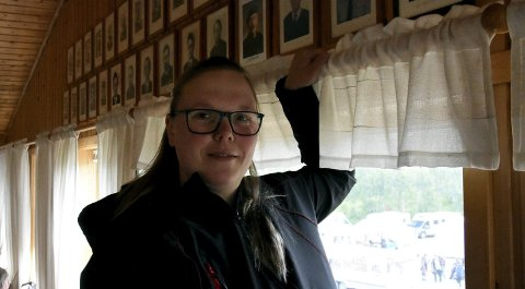 På veggen ser Katarina Strand opp på bildene av de tidligere styrelederne i Bodø Østre. Hun blir den første kvinnen på et slikt bilde.