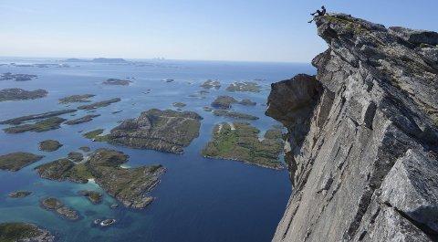Formidabel: Utsikten fra toppen av Rødøyløven er formidabel, og kan ta pusten både fra fjellvante folk og de med et aldri så lite snev av høydeskrekk. Foto: Rødøy kommune