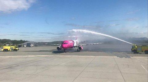 Wizz Air fikk høytidelig mottakelse da de i mai i fjor startet utenlandsflyging fra Bodø. Når de nå skal satse innenlands, setter flere foten ned.