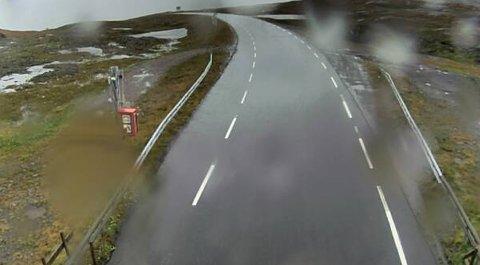 På fylkesvei 813 ved Reinhornheia kan det bli snødekt vei, advarer Vegtrafikksentralen (VTS).