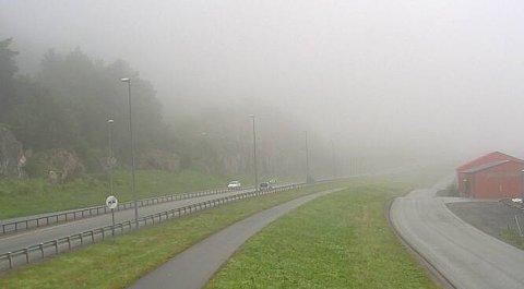 På riksvei 80 i Vikan lå regntung tåke tjukk mandag i klokken 07.22.