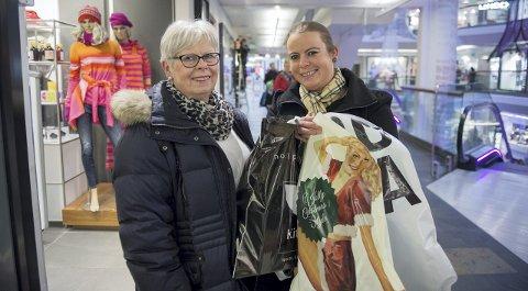 Dobbelt opp: Lene Lygren Eriksen på julegavehandel sammen med mamma Magnhild. Hun sier selv hun bruker det dobbelt så mye på julegaver som den gjennomsnittlige nordmann.Foto: rune Johansen