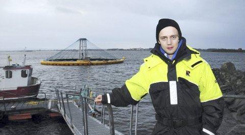 Røkter Finn Håkon Eines har vært med på å bygge kontroll- og styringssystem på den nye merden av glassfiber.