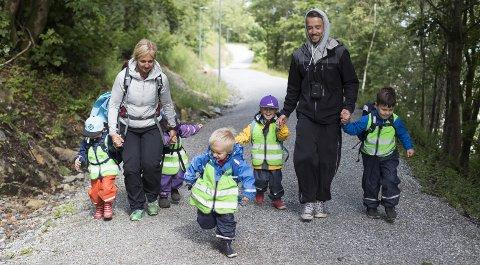 I Solheimslien barnehage er ungene på tur minst en gang i uken. Her fikk ungene velge vei, og turen går mot skoleamfiet og rutsjebanen. Fra Venstre: Felix (3), Anne-Berit Brekke, Matilde-Kanutte (3), Herkus (3), Aksel (3), Olve Småmo og Emmet (3). Foto: Emil Weatherhead Breistein