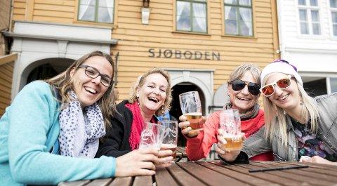 FRA SVEITS: – Det blir med én øl hver, sier Evi Blau, Karin Meyer, Lena Mûller og Sonja Kaufmann fra Zürich i Sveits. De er vant til å betale opp mot ti euro på turiststedene hjemme, men synes 112 kroner på Bryggen er helt i overkant av hva en halvliter kan koste. FOTO: SKJALG EKELAND