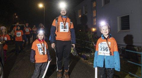 Pappa Kenneth Ellefsen (43) hadde tatt med seg barna Isabella (6,5) og Sebastian (9) Rivedal på fakkeltoget på Løvstakken. Det falt i smak, og frister til gjentakelse, sier småbarnsfaren. FOTO: RUNE JOHANSEN