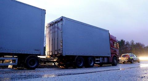 Politiet jobber ut fra en teori om at en stor gjenstand fra dette vogntoget løsnet og traff firmabilen på Stordabrua. En 43 år gammel mann omkom. Foto: Jan Kåre Ness