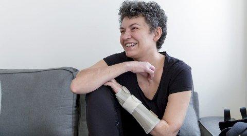 Dana Maria (49) fikk revet av armen i en arbeidsulykke ved Goman Rognaldsen-bakeriet i  Lindås høsten 2018. Nå bor hun i en liten leilighet i Oslo for å være nærmere Rikshospitalet hvor hun er på kontroll og til fysioterapeut minst en gang i uken.