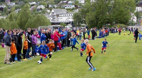 Tusenvis av barn og unge skal spille fotballturnering på Voss i helgen. Det er liten grunn til å være bekymret for smitte eller sykdom, sier kommuneoverlege Eystein Hauge.