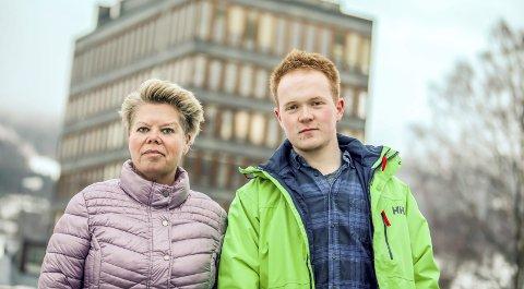 Klare til valgkamp for SV: Laila Oliversen Brandsgård (52) og Jan-Erland Asbjørnhus (19) er toppkandidatene til Modum SV. De er nye i lokalpolitikken i Modum, men Brandsgård har lokalpolitisk fartstid fra andre kommuner.Foto: Mads B. Halvorsen