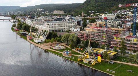 PÅ STRANDA: Lunds Tivoli har endret byen i forbindelse med Elvefestivalen. Skal man ta Pariserhjulet får man god utsikt over blant annet elva.