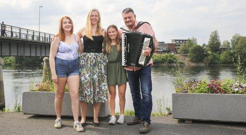 Sangstruper: Tre av seks sangere som skal opptre på «Stemmen fra Sanden» den 8. august er Thea Bergan Bjerke (17) (f.v.) Marie Fyring Lemme (19) og Marie Hals Hellerud (19). Trygve Ingebretsen er husmusikant og arrangør. (NB: Eikerbladet er samarbeidspartner i «Stemmen fra Sanden»)