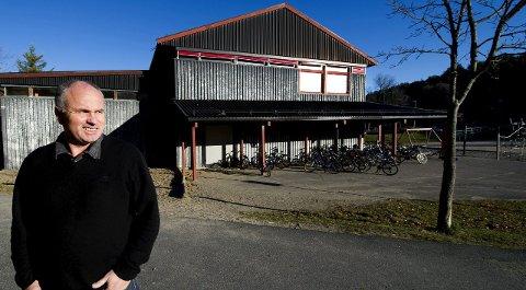 Kan smile: Rektor Bjørn Støle og de andre på Rød skole har gått mange runder med kommunen for å få penger til nytt bygg. Nå loves midler i 2018.