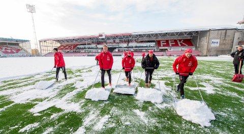 Her måker FFK-spillere snø på Stadion i januar 2016