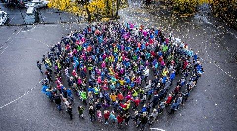VENNSKAPSRING: FN-dagen ble markert med en stor vennskapsring hvor hele skolen deltok.FOTO: Geir A. Carlsson