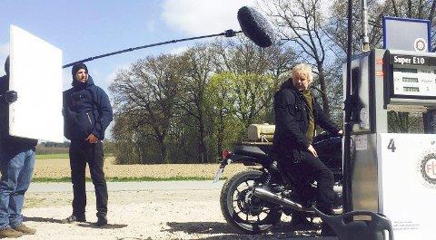 VOLLE TANK BITTE: Dennis Storhøi som Ole Mantell må innom og fylle opp motorsykkelen i den tyske tv-serien.Foto: ARD DAS ERSTE