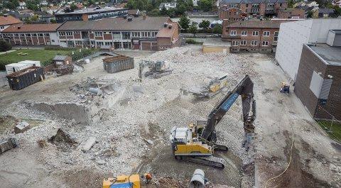 Etter: Slik ser tomten ut til den tidligere E-blokken denne uken. Øst-Riv fikk oppdraget, og arbeidene skal være ferdig innen 18. august. Foto: Christine Heim