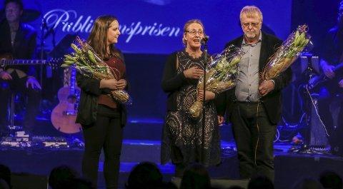 PUBLIKUMSPRISEN: Snøfall-skaperne Hanne (f.v), Hilde og Klaus Hagerup stakk av med prisen som er stemt frem av Fredriksstad Blads lesere. Over 3000 hadde stemt på de tre finalistene, og vinnerne dro i land en knepen seier.Foto: Harry johansson