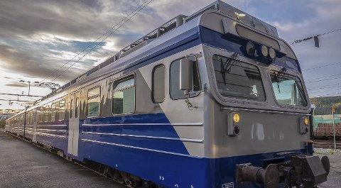 Renovert: Togsettet som Arctic Train og Taraldsvik Maskin har anskaffet gjennomgår for tiden renovering og oppgradering. Utvendig er det ferdig lakkert i Taraldsvik Maskins blå farge. Foto: Jens M. Magnussen