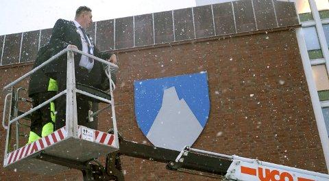 TIL TOPPS: Ordfører Rune Edvardsen ble løftet til topps nyttårsaften for å avduke et stilisert bilde av nasjonalfjellet Stetinden; det nye kommunevåpenet til Narvik kommune.