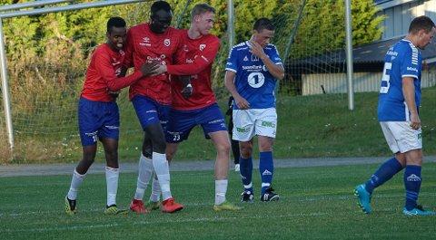 JUBEL: Fra venstre Abdiula  Shire Hasan, målscorer Mame Niang og Kristian Grøtte Rokseth jubler over 1-0.  Til høyre er Flisas Almantas Doreika ikke like fornøyd.