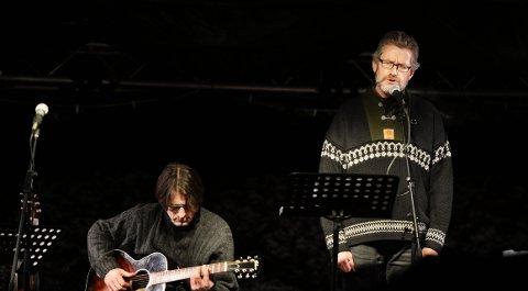 FREMFØRTE DIKT: Da folkegaven Prøysenstjerna ble tent 23. november, opptrådte Hans Christian Medlien sammen med gitarist Jørn Kjonerud.     Arkivfoto: Asmund Hanslien