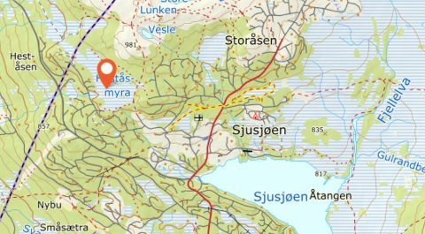 Hytta som er totalskadet av brann ligger ved Heståsmyra på Sjusjøen.