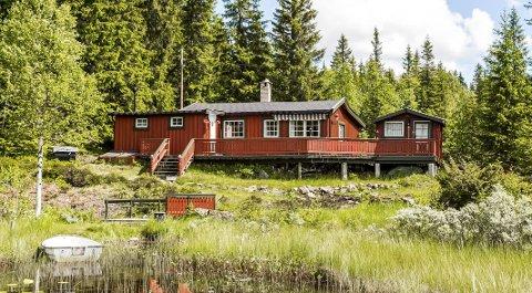 Mylla: Denne hytta på Mylla ligger ute for kr 2.500.000, Den har skapt stor interesse, særlig på grunn av tomten som går helt ned til vannet med egen båt og liten badebrygge.  FOTO: DnB eiendom Hadeland