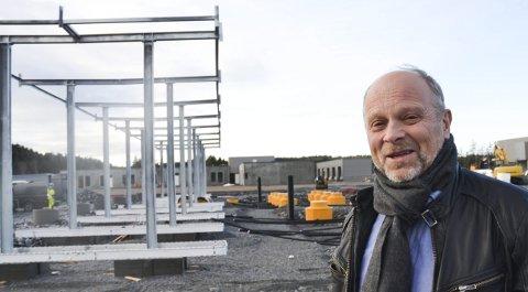 FORNØYD: Per Puck ser fram til at Svinesund Transportsenter åpner 1. april. Her er han fotografert foran det store dieselanlegget mens det fortsatt var unde bygging.