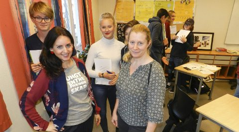 SAMMEN OM FRAMTIDA: Foran fra venstre ser vi rådgiver Kathrine Tallis fra Ungt entreprenørskap, rektor Christine Bjar Ottesen og 10-klassingene Martin Kingsrød Larsen (bak fra venstre), Eva Lind Norén og William Johansen (delvis skjult).