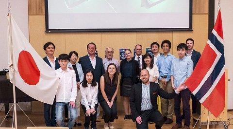 TIL JAPAN: SpareBank 1 Østlandet har utviklet en app som skal hjelpe unge med å forstå økonomi. Skoleverket i Japan ønsker å ta i bruk appen og nylig var representanter fra banken på besøk i Japan for å presentere produktet.