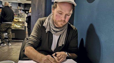OBSERVERER IKKE: Kanten trives på Cafe Gravdahl, men sitter ikke der for å observere folk og slik sett få inspirasjon til stripene sine.