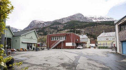 Lindeplassen: Før var plassen del av Odda Smelteverk, i dag er han sentrum for kulturaktivitet i Odda.  Arkivfoto: Sondre Lingås Haukedal