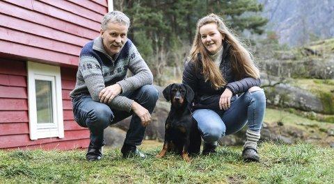 Familiehund: Sunniva var heilt til Tsjekkia for å hente Silva, som no er deira nye familie- og brukshund. Hunden er av rasen Alpinsk Dachsbracke.Foto: Inga Øygard Jaastad