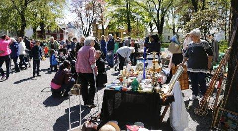 I fjor: Mye folk møtte opp på retromarkedet i Byparken 30 mai i fjor.  Arkivfoto: Alf-Robert Sommerbakk